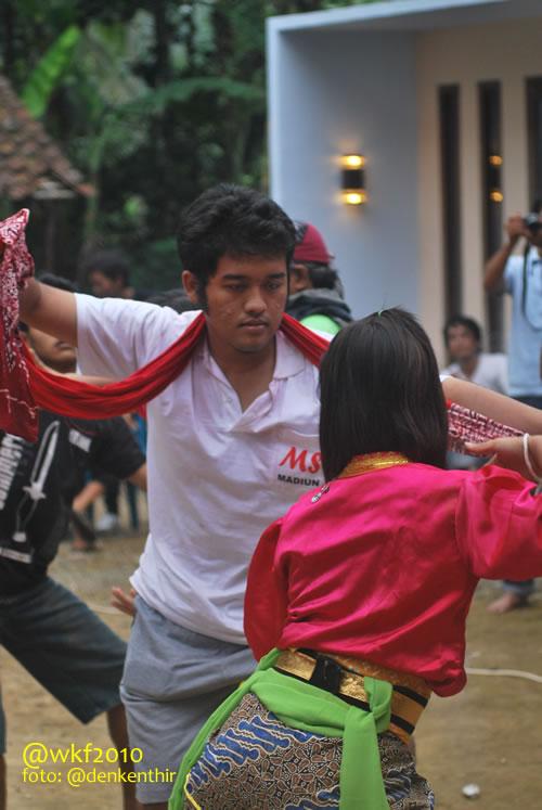 @Jidat, peserta dari Ponorogo, menari jathilan.