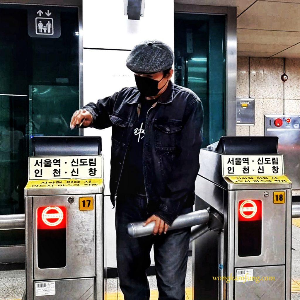 pintu masuk stasiun subway di korea selatan